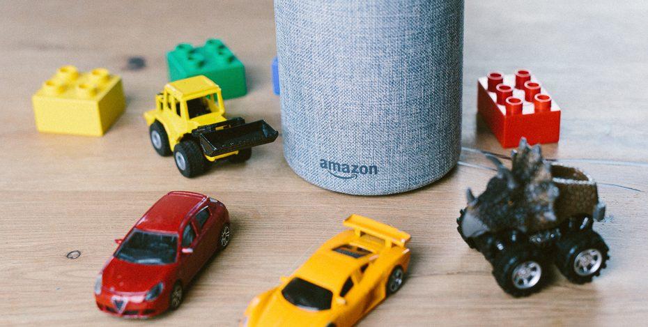 Alexa mit Spielzeugautos