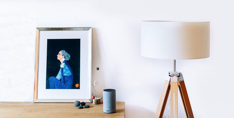Alexa mit Lampe und Bild